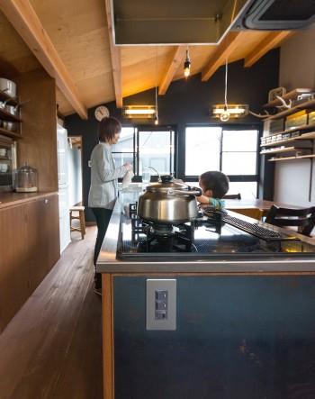 キッチンの台には鉄の板が貼られている。錆びが出てきて、それがいい味になっている。