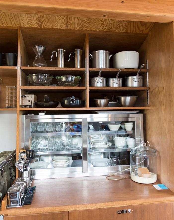 キッチン用品にも、機能美を追求。下はステンレスの業務用キッチンキャビネット。