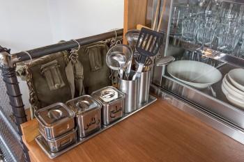 調理用具や調味料入れも、ステンレスやアルミのもので統一。