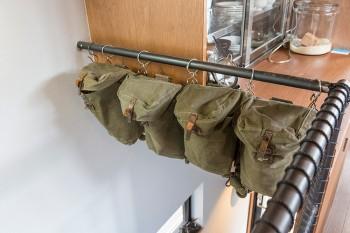 軍モノのバッグは、キッチン回りの小物の整理のために出動。