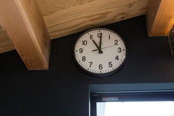 『パシフィック・ファニチャー・サービス』の時計のデザインは、一法師邸の雰囲気にピッタリ。