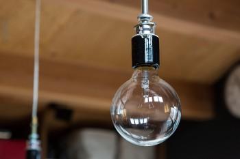 兼茂さんがパーツを集めて自作した照明器具。「パーツをひとつづつ選んで組み合わせる作業は、とても楽しかったです」