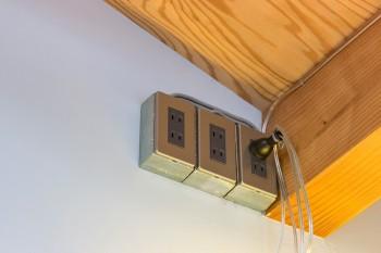 「優柔不断で照明器具を決められなかったので、天井近くにコンセントを作ってもらい、照明器具はここから電源をとってます」