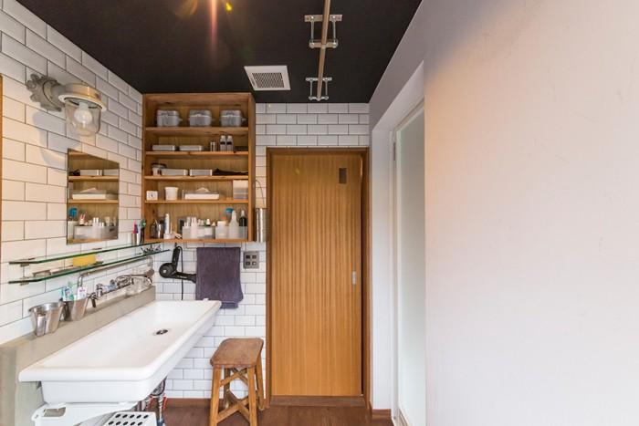 洗面所も、実験用の洗面台など、武骨なアイテムでまとめられている。