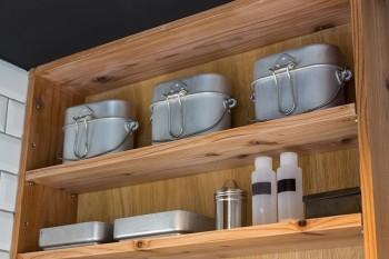 アルミの飯盒を、細々としたものが多い洗面台回りの小物の収納に使うアイディア!