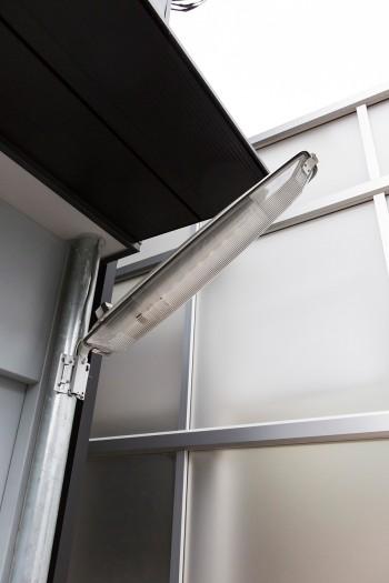 玄関灯は、道路の街灯に使われる防犯灯をチョイス。