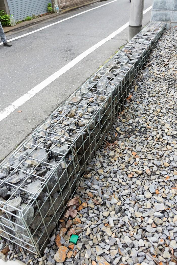 石を詰めた蛇籠で、敷地の境界線を作っている。