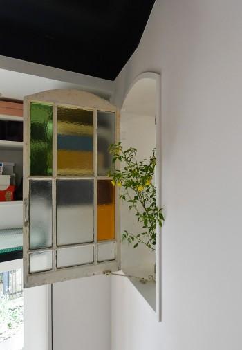 階段室へと開けられた窓の扉。玄関とキッチン間の会話も容易に行える。