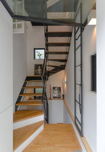 玄関から半階上がって左側にLDKがある。正面に飾られているのは幼い姉弟の赤ちゃんの頃の等身大の写真。