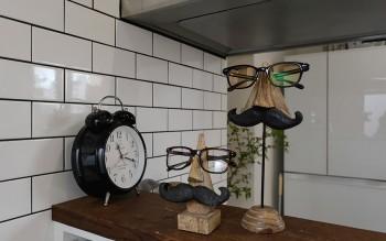 神林邸のそこここに置かれたかわいい小物たちは奥さんの見立てのものが多いが、これは神林さんセレクトによる眼鏡置き。