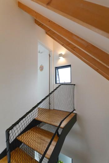 階段室も寝室と同様に天井を張らず垂木をそのまま見せている。
