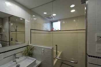半地下につくられた浴室。タイルの割り付けは神林さん自ら行ったという。