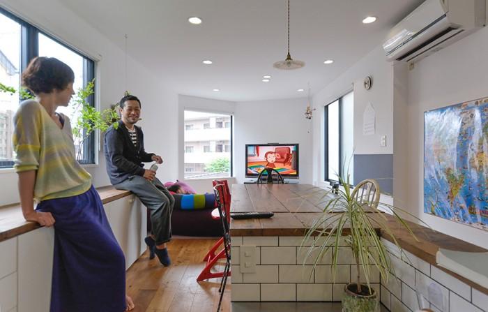 キッチンよりダイニング、リビング方向を見る。開口が多いため室内は明るい。