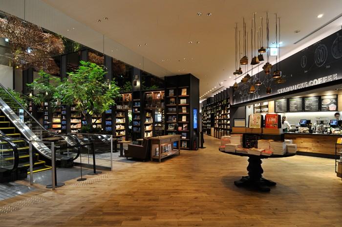 朝7時から営業するスターバックス。コーヒーを飲みながら、店内の本を自由に見ることができる。