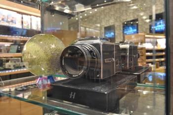 ファン垂涎のHASSELBLAD CFV-50C RETROKITは世界でも数台しかない大変貴重なモデル。メーカー公認で取り扱うのは日本でこちらの蔦屋家電のみ。