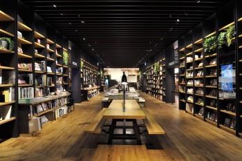 蔵書は約12万冊。1階では、旅行、デザインやワークスタイルに関する書籍・雑誌が並ぶ。