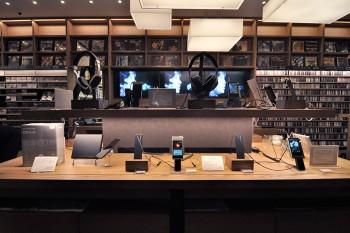 Astell&kernのウォークマンは、ライカのデザイナーが手がけた、アルミ削りだしのデザイン。