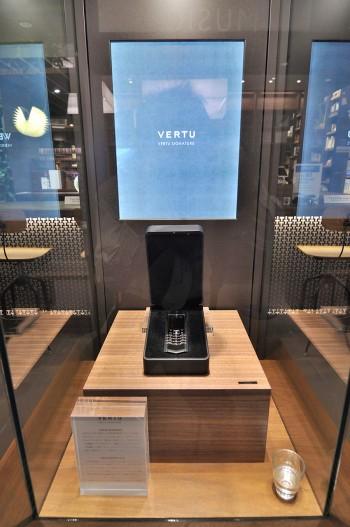 世界中に多くのファンがいる、フィンランドの高級携帯電話ブランド「VERTU」。(非売品)