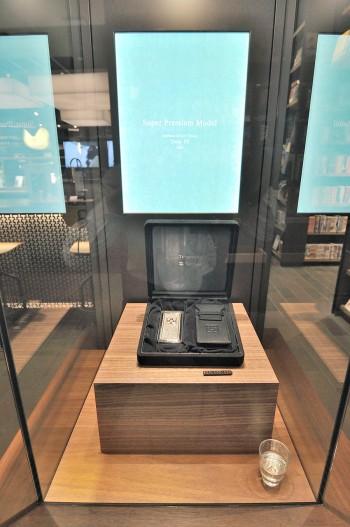 10台限定で作られた、「Softbank 823SH Tiffanyモデル」。537個(約18.34カラット)のダイヤモンドをあしらった1台。