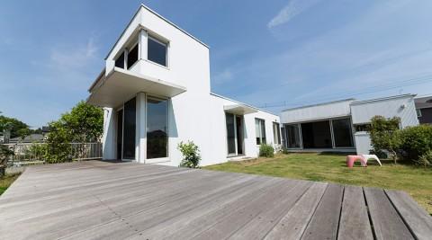 自然と呼応するシンプルな造り住む人が描いていく家は白いキャンバス