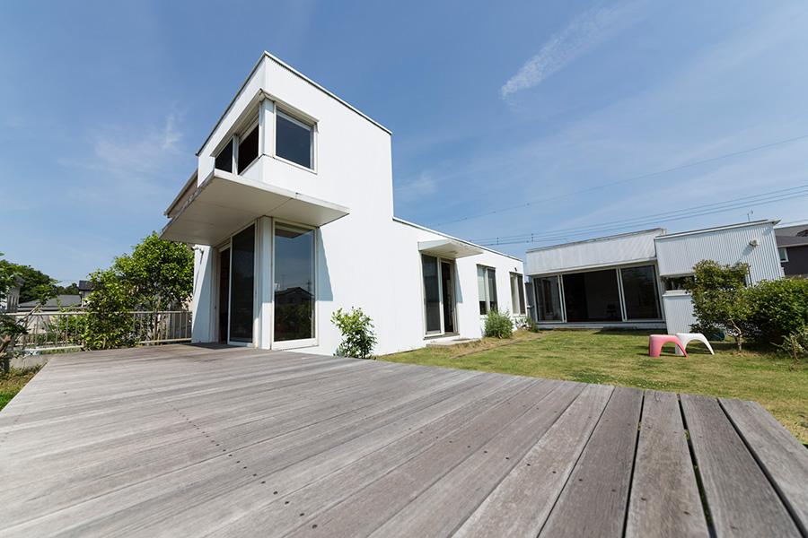 自然と呼応するシンプルな造り  住む人が描いていく 家は白いキャンバス