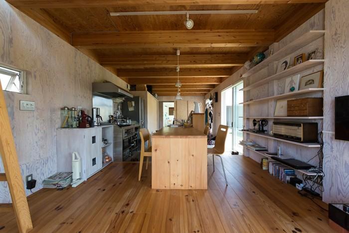 土間、キッチン、リビング、ダイニングがワンルームに。アトリエと違い、住居はナチュラルな木の素材感を活かした。