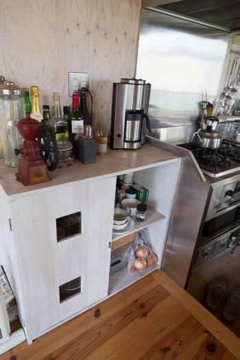 引っ越す以前に自分で作っていた棚。「この家にぴったりなじみ、自分のテイストが変わっていないことを確認しました」。