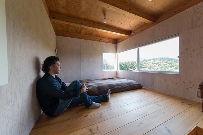天井が低く、落ち着いて眠りにつけそうな寝室。遠くまで絶景が広がる。