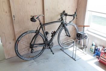 愛用の自転車「ピナレロ」でサイクリングを楽しむ。「この辺は自転車に乗らないともったいないような環境です」。