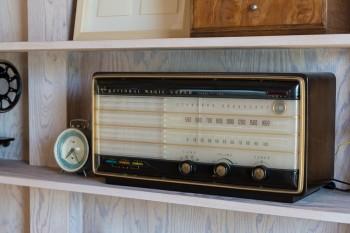 ナショナルの真空管ラジオは今も作動中。