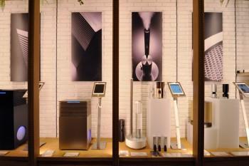 高いデザイン性と高機能家電として話題の「cado」の空気清浄機や加湿器も並ぶ。単一機能にこだわり、長く使える家電だ。