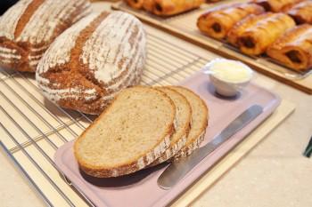 自然素材の手作りパンは濃厚な発酵バターと。