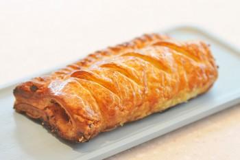 自家製バルクソーセージをパイで包んだ「ソーセージロール」は店内で焼き上げ、できたてを提供。