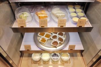 ドライトマトやハーブをミックスしたアレンジバターやチョコスプレッドなどパンのお供が勢揃い。