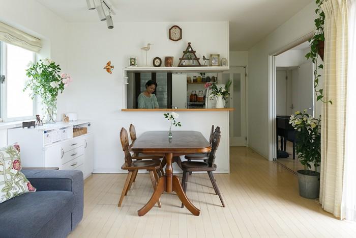 キッチンはセミクローズドタイプ。開口部の上には鳥のモチーフの小物を集めてディスプレイしている。いちばん左のオレンジ色のステンドグラスの鳥は、啓介さんの作品。