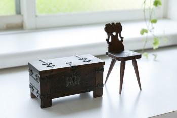椅子のミニチュアと小箱は、洋子さんのお母様の作品。
