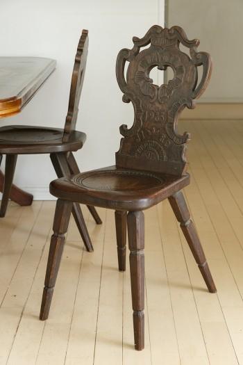 林二郎氏作の椅子。持つと意外に軽く、座り心地もいい。