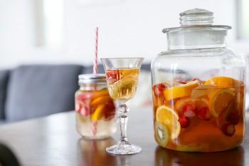 庭のイチゴなどフルーツを漬けたサングリア。大人は白ワインで、子どもは炭酸水で割っていただく。