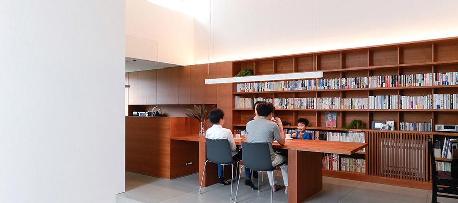 デザイナーのこだわりの家づくり  広くゆったりとした白の空間に 木の素材感が映える家