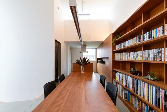 キッチンからそのままダイニングテーブルが延びてきている。テーブル部分のみで3mの長さがある。キッチンの上には小さなバルコニーがある。壁に囲まれているため、寝そべると自分たちだけの空が楽しめるという。