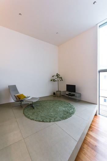 LDKの床にはフレキシブルボードが使われている。白い壁面とのコンビネーションがいい。