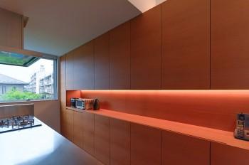 大空間の2階は、キッチンとダイニングテーブルの上以外は間接照明となっている。