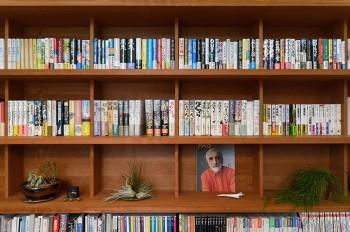 迎さんのこだわりで、本棚は単行本を入れた時に本の上にできる余白のスペースを計算してつくられた。