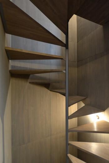 2階のキッチン前から階段室を見る。