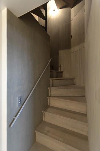 階段室は玄関を開けて正面に位置する。
