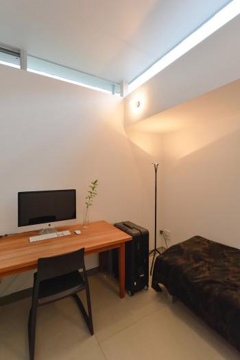 迎さんの個室は道路に面しているが、開口が高い位置にあるので外が気にならず、デザインの作業も落ち着いてできるという。