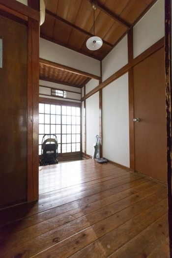 静謐な雰囲気の漂う玄関。