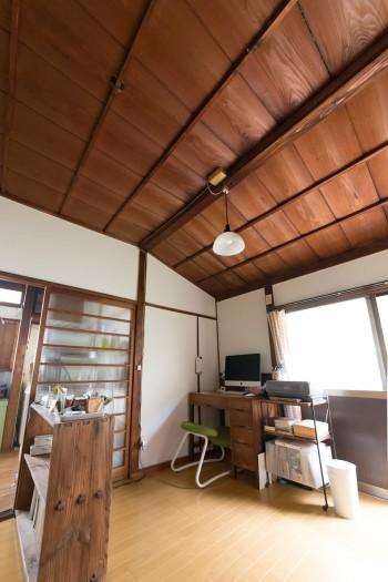富樹子さんの仕事部屋。手前のアンティーク棚は吉祥寺で購入。