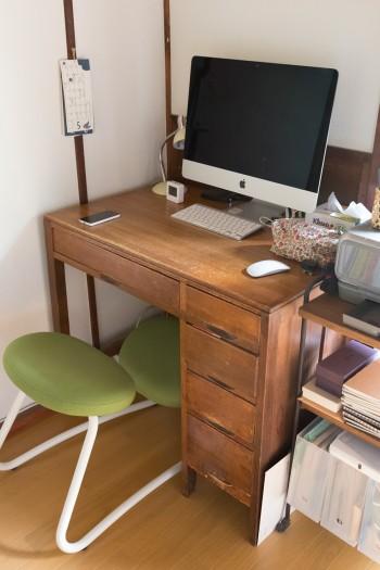 お父さんの代からの机。家とよくなじんでいる。
