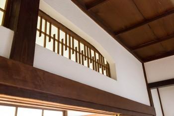 欄間から光がこぼれる。日本家屋の細やかさを体感。